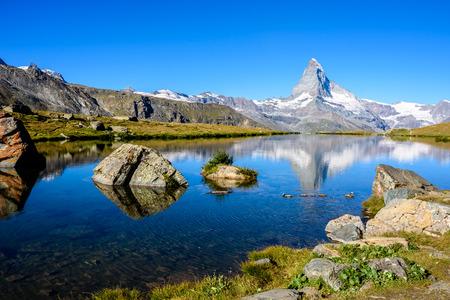 Stellisee - schöner See mit Reflexion des Matterhorns - Zermatt, Schweiz Standard-Bild - 82762331