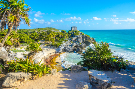 Mayan ruins of Tulum at tropical coast. God of Winds Temple at paradise beach. Mayan ruins of Tulum, Quintana Roo, Mexico. Banque d'images