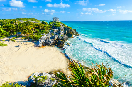 Mayan ruins of Tulum at tropical coast. God of Winds Temple at paradise beach. Mayan ruins of Tulum, Quintana Roo, Mexico. Banco de Imagens