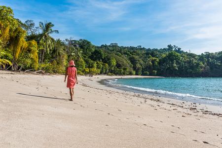 마누엘 안토니오, 코스타리카 - 아름다운 열대 해변에서 걷는 소녀 스톡 콘텐츠