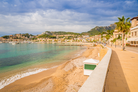Puerto de Soller, Port of Mallorca island in balearic islands, Spain. Beautiful  beach and bay with boats in clear blue water of summer day. 免版税图像