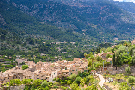 Fornalutx- 마요르카, 스페인의 산에서 역사적인 마을 스톡 콘텐츠