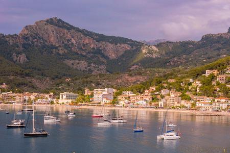 Puerto de Soller, île de Port de Majorque dans les îles Baléares, Espagne. Belle plage et la baie avec des bateaux dans l'eau bleue claire de la journée d'été.