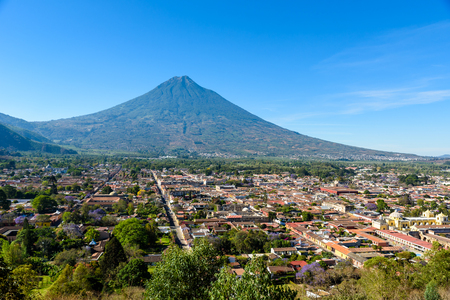 Cerro de la Cruz - Mirador desde la colina hasta la antigua ciudad histórica de Antigua y el volcán en las tierras altas mayas de Guatemala Foto de archivo