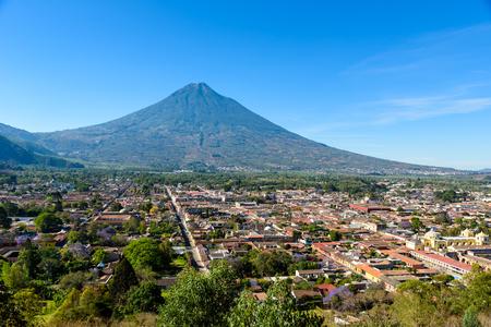 Cerro de la Cruz - Punto di vista dalla collina alla vecchia città storica Antigua e vulcano nelle altopiani del Maya in Guatemala Archivio Fotografico