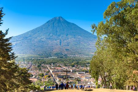 Cerro de la Cruz - Vista desde la colina a la antigua ciudad histórica Antigua y volcán en las tierras altas mayas en Guatemala Editorial