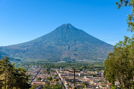 Cerro de la Cruz - Vista desde la colina a la antigua ciudad histórica Antigua y volcán en las tierras altas mayas en Guatemala Foto de archivo