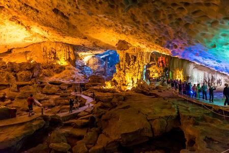 베트남 하롱 베이에있는 Sung Sot Cave