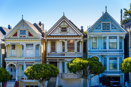 Beautiful view of Painted Ladies, colorful Victorian houses located near scenic Alamo Square in a row, on a summer day with blue sky, San Francisco, California, USA Archivio Fotografico