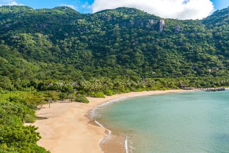 Schöner Strand an der Küste von Vietnam - Ninh van Bay Standard-Bild - 87874795