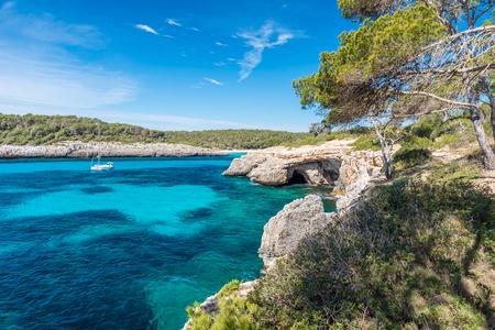 Bucht von Cala Mondrago - schöner Strand und Küste von Mallorca Standard-Bild - 88078614