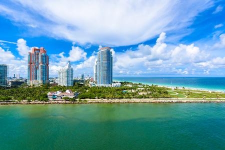 Южный Пуэнт-Парк и пирс в Саут-Бич, Майами-Бич. С высоты птичьего полета. Рай и тропический берег Флориды, США. Фото со стока
