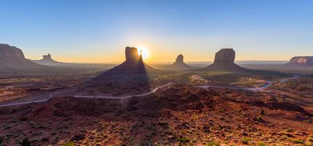 Amanecer en Monument Valley, Panorama de las Mitten Buttes - visto desde el centro de visitantes en el Navajo Tribal Park - Arizona y Utah, EE.UU.