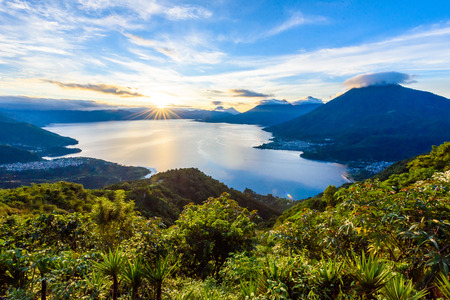 Sunrise in the morning at lake Atitlan, Guatemala - amazing panorama view to the volcanos San Pedro, Toliman and Atitlan Stockfoto