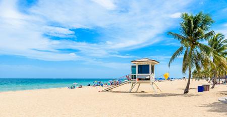 シュメールの美しい日フロリダ州フォートローダーデールでパラダイス ビーチ。白いビーチでヤシの木と熱帯のビーチ。米国。