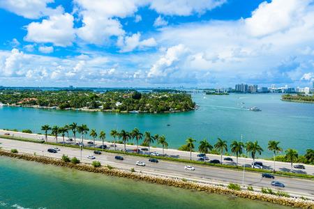 マイアミビーチ。川や船の運河の空中ビュー。フロリダ州の熱帯海岸, 米国.