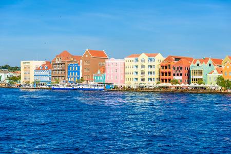 Красочные здания в центре Виллемстада, Кюрасао, Нидерландские Антильские острова, маленький карибский остров - место для путешествий для круизных судов или каникул