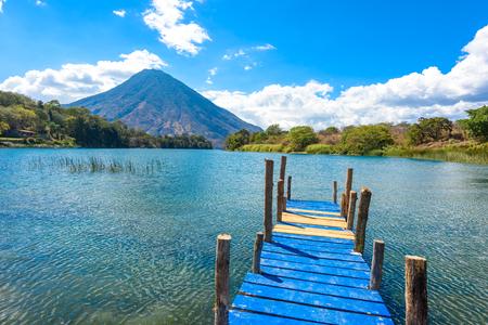 Красивый залив Айтлан с видом на вулкан Сан-Педро в высокогорьях Гватемалы, Центральной Америки