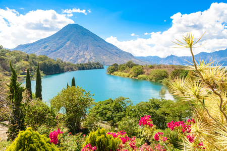 Bella baia del lago Atitlan con vista sul vulcano San Pedro nelle alture del Guatemala, America Centrale