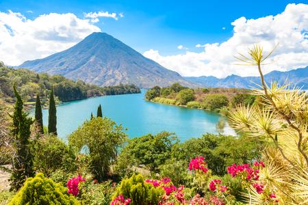 Piękna zatoka Jeziorny Atitlan z widokiem wulkan San Pedro w średniogórzach Gwatemala, Ameryka Środkowa