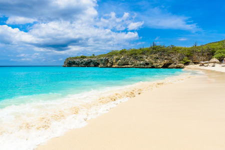 Playa Grote Knip, Curacao, Antillas Holandesas - playa paradisíaca en la isla caribeña tropical Foto de archivo - 90402284
