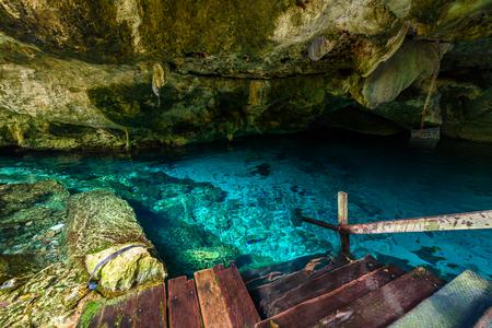 セノーテ・ドス・オホスは、メキシコのキンタナ・ロー州にいます。人は澄んだ青い水で泳いだりシュノーケリングをします。このセノーテは、メ
