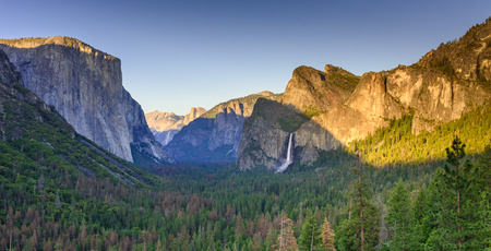 View of Yosemite Valley from Tunnel View point at sunset - view to Bridal veil falls, El Capitan and Half Dome - Yosemite National Park in California, USA Standard-Bild