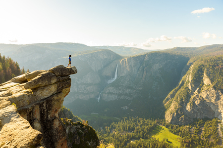 Hiker at the Glacier Point with View to Yosemite Falls and Valley in the Yosemite National Park, California, USA Archivio Fotografico