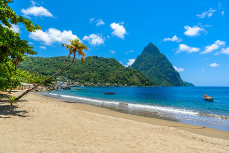 Paradise beach at Soufriere Bay with view to Piton at small town Soufriere in Saint Lucia, Tropical Caribbean Island. Stok Fotoğraf - 90810472