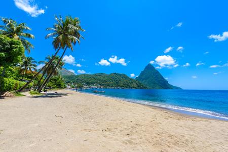 Rajska plaża w zatoce Soufriere z widokiem na Piton w małym miasteczku Soufriere w Saint Lucia na tropikalnej karaibskiej wyspie.