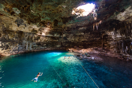 Cenote Samula Dzitnup near Valladolid, Yucatan, Mexico - swimming in crystal blue water 免版税图像