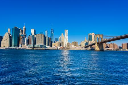 ブルックリンブリッジとロウアーマンハッタンのスカイラインパノラマブルックリンブリッジパークリバーバンク、ニューヨーク市、アメリカ合衆