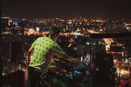 DJ - Party on top of building with music entertainment Редакционное