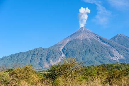 Increíble volcán El Fuego durante una erupción a la izquierda y el volcán Acatenango a la derecha, vista desde Antigua, Guatemala