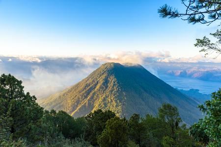 Vista al volcán Tolimán en el lago de Atitlán en el altiplano de Guatemala - Vista aérea Foto de archivo
