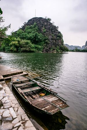 Boat cave tour in Trang An Scenic Landscape formed by karst towers and plants along the river. It's Halong Bay on land of Vietnam. Ninh Binh province, Vietnam. 版權商用圖片