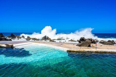 Naturalne wulkaniczne baseny laguny pływackiej w Porto Moniz, cel podróży na wakacje, wyspa Madera, Portugalia