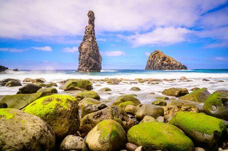 Wysepki lawy w Ribeira da Janela na kamienistej plaży - dzikie i piękne wybrzeże z formacjami skalnymi w oceanie w pobliżu Porto Moniz na wyspie Madera, Portugalia Zdjęcie Seryjne