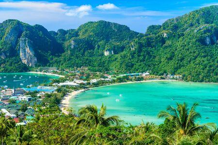 Koh Phi Phi Don, punkt widokowy - rajska zatoka z białymi plażami. Widok z góry tropikalnej wyspy na Tonsai Village, Ao Tonsai, Ao Dalum. Prowincja Krabi, Tajlandia.