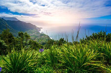 Piękne krajobrazy wyspy Madera - widok na małą wioskę Arco de Sao Jorge w pobliżu Boaventura po północnej stronie Madery, Portugalia