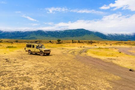 Safari Car in the Ngorongoro crater National Park with the Lake Magadi. Safari Tours in Savannah of Africa. Beautiful landscape scenery in Tanzania, Afric Banque d'images