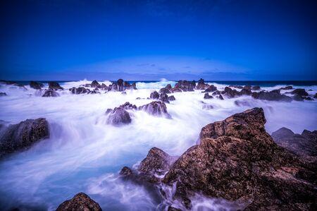 Porto Moniz - Długa ekspozycja skał i fal na wulkanicznym wybrzeżu - piękna sceneria krajobrazowa wyspy Madera, Portugalia