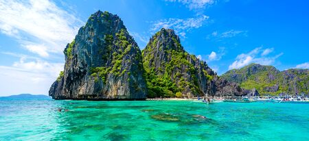 Tropical Shimizu Island and paradise beach, El Nido, Palawan, Philippines. Tour A Route. Coral reef and sharp limestone cliffs. Stockfoto