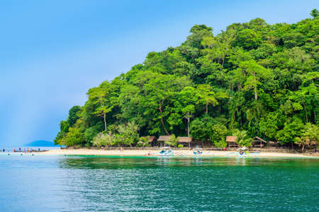Albaguen Island (also known as Maxima and Albguan island) in Port Barton Bay with paradise white sand beaches - Tropical travel destination in Palawan, Philippines 免版税图像