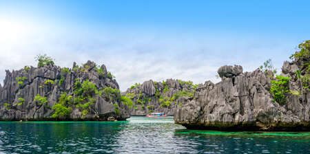 Twin Lagoon on paradise island with sharp limestone rocks, tropical travel destination - Coron, Palawan, Philippines. Banque d'images