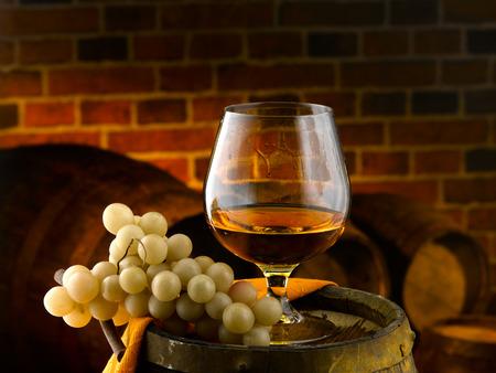 Glas Cognac Probe im Keller Standard-Bild - 27864682