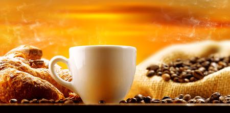 Tasse dampfenden Kaffee in den frühen Morgen Standard-Bild - 29579504