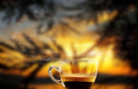 Tasse dampfenden Kaffee in den frühen Morgen Standard-Bild - 29579505
