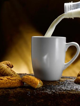 Tasse Milch Standard-Bild - 34682547