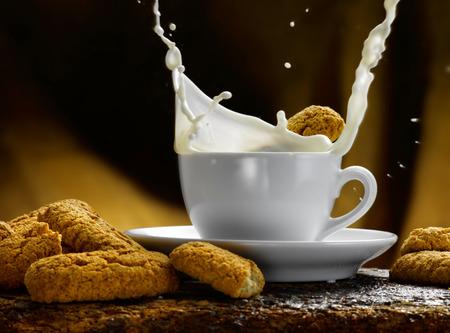 Tasse Milch Standard-Bild - 34682774